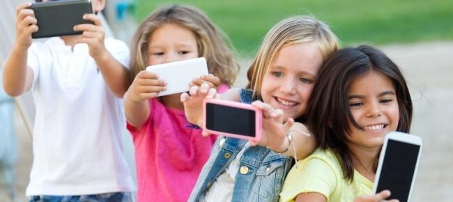bambini con il cellulare