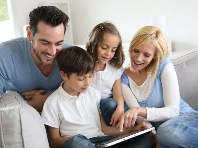 Famiglia che usa il tablet