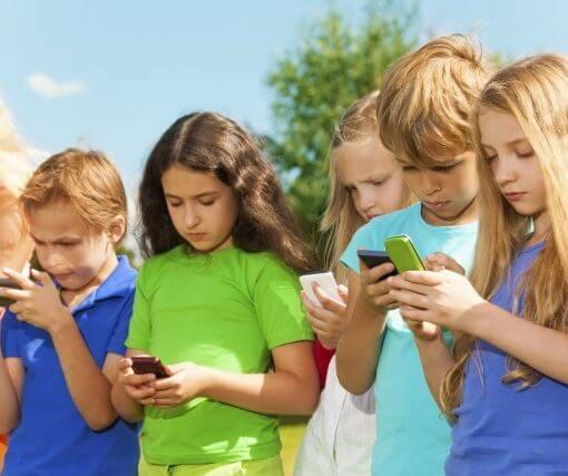 Bambini che guardano lo smartphone